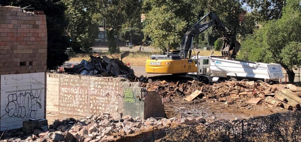 Loading+Demolition+Debris+at+Rusty+Duck+site+(2)-1920w
